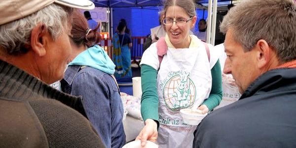 Több ezer családnak segít a krisnás Ételt az Életért Alapítvány Karácsony havában