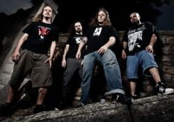 Brutális death metal hörgések verik fel a Kertet