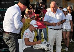 Elárverezik Schumacher overallját