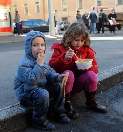 Az ételosztás többet jelent, mint egy tál étel - Karácsony a Blahán