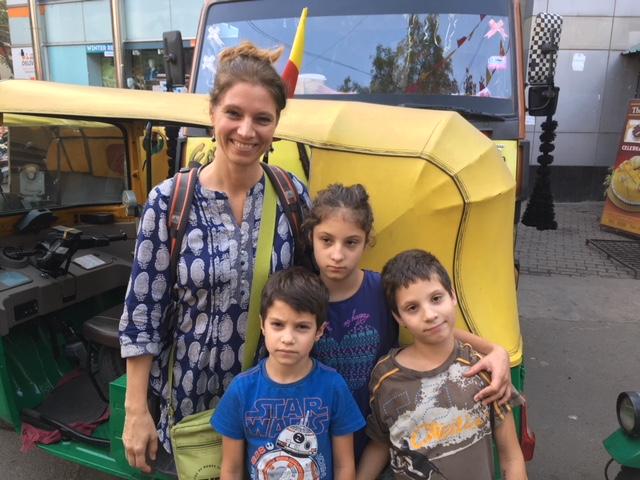 Karmaváltás: fél év Indiában három gyerekkel és az autizmussal